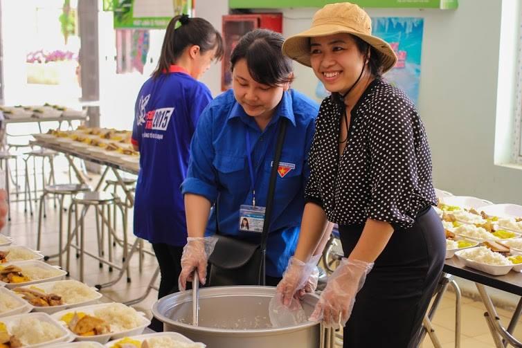 Tặng suất ăn miễn phí cho thí sinh và người nhà tham dự kỳ thi THPT quốc gia 2015 - ảnh 2