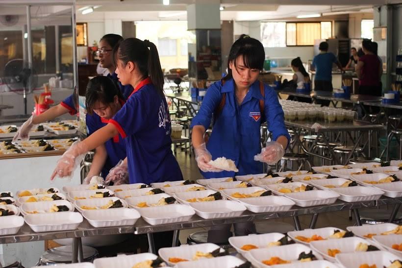 Tặng suất ăn miễn phí cho thí sinh và người nhà tham dự kỳ thi THPT quốc gia 2015 - ảnh 3