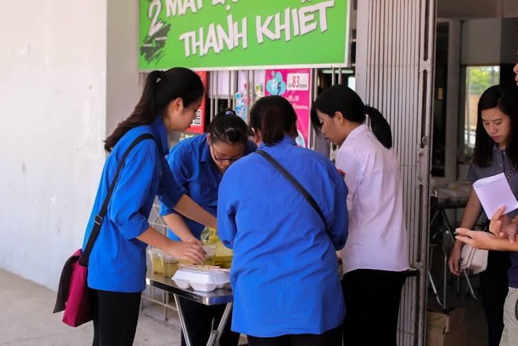 Tặng suất ăn miễn phí cho thí sinh và người nhà tham dự kỳ thi THPT quốc gia 2015 - ảnh 5