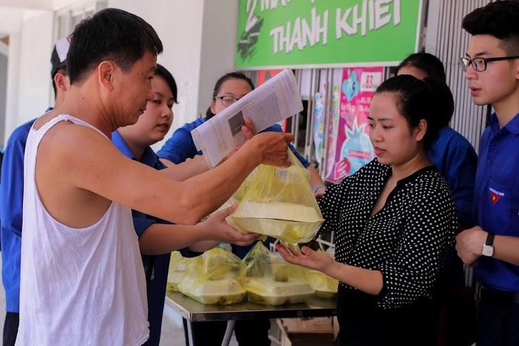 Tặng suất ăn miễn phí cho thí sinh và người nhà tham dự kỳ thi THPT quốc gia 2015 - ảnh 7