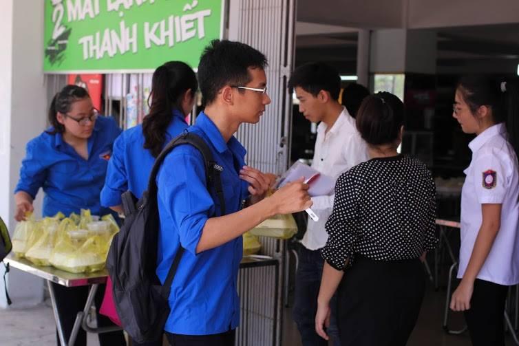 Tặng suất ăn miễn phí cho thí sinh và người nhà tham dự kỳ thi THPT quốc gia 2015 - ảnh 8