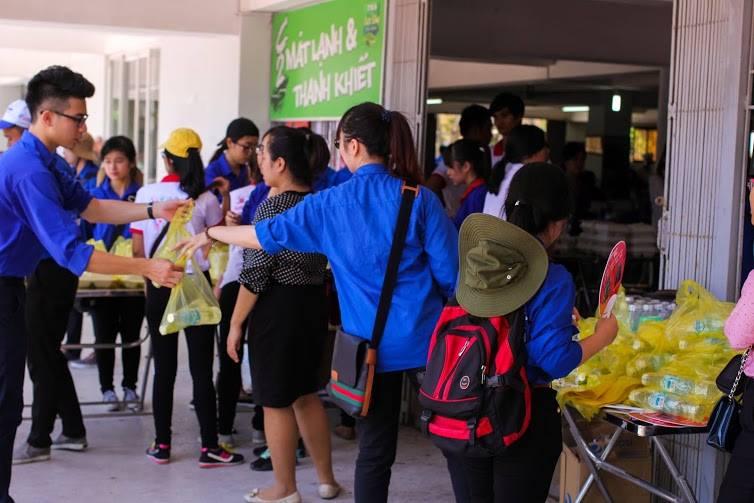 Tặng suất ăn miễn phí cho thí sinh và người nhà tham dự kỳ thi THPT quốc gia 2015 - ảnh 10