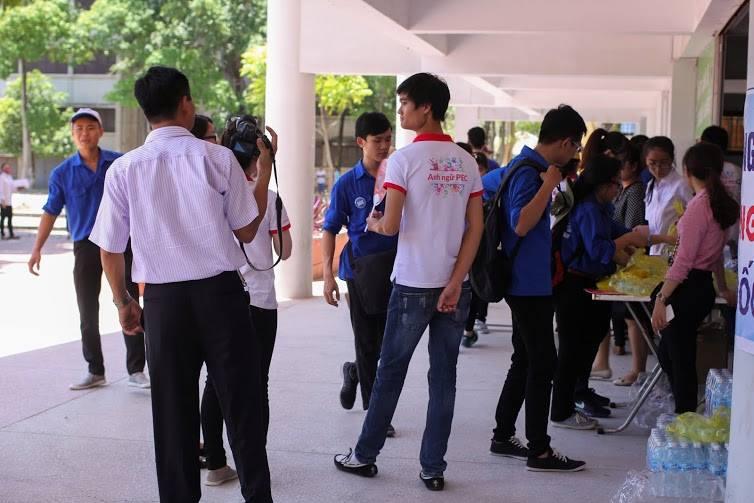 Tặng suất ăn miễn phí cho thí sinh và người nhà tham dự kỳ thi THPT quốc gia 2015 - ảnh 12