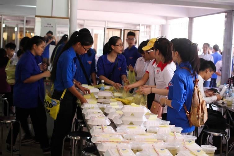 Tặng suất ăn miễn phí cho thí sinh và người nhà tham dự kỳ thi THPT quốc gia 2015 - ảnh 13