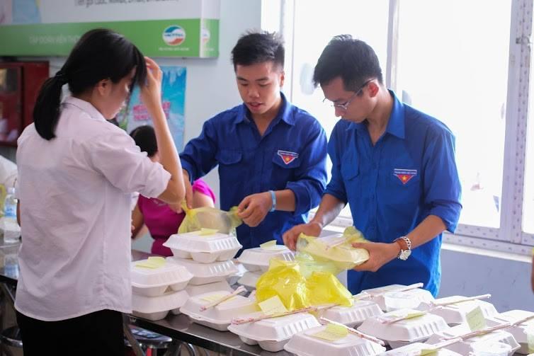 Tặng suất ăn miễn phí cho thí sinh và người nhà tham dự kỳ thi THPT quốc gia 2015