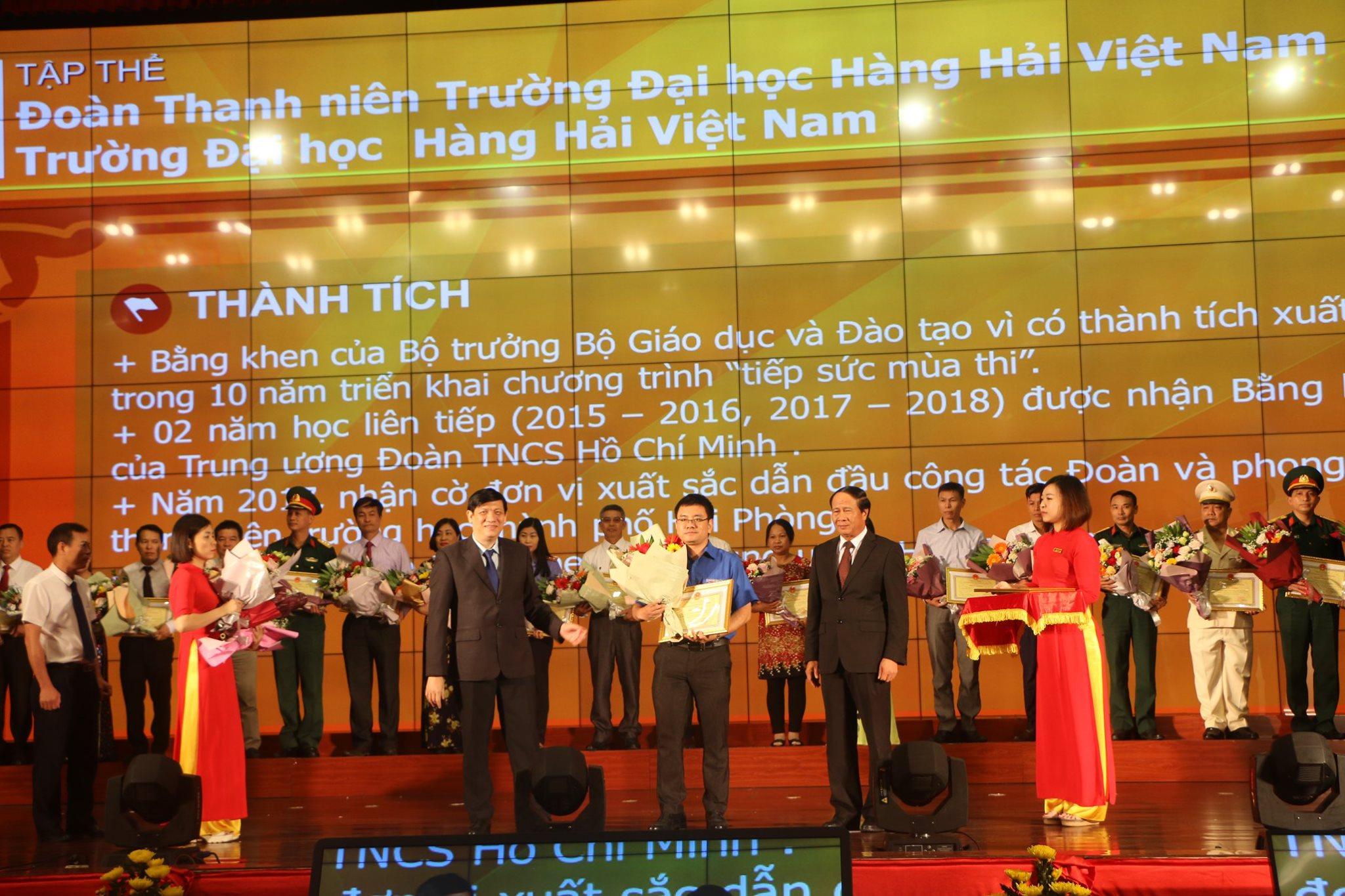 Đoàn trường được Chủ tịch UBND thành phố tặng bằng khen vì có thành tích xuất sắc trong thực hiện Chỉ thị 05 của Bộ Chính trị
