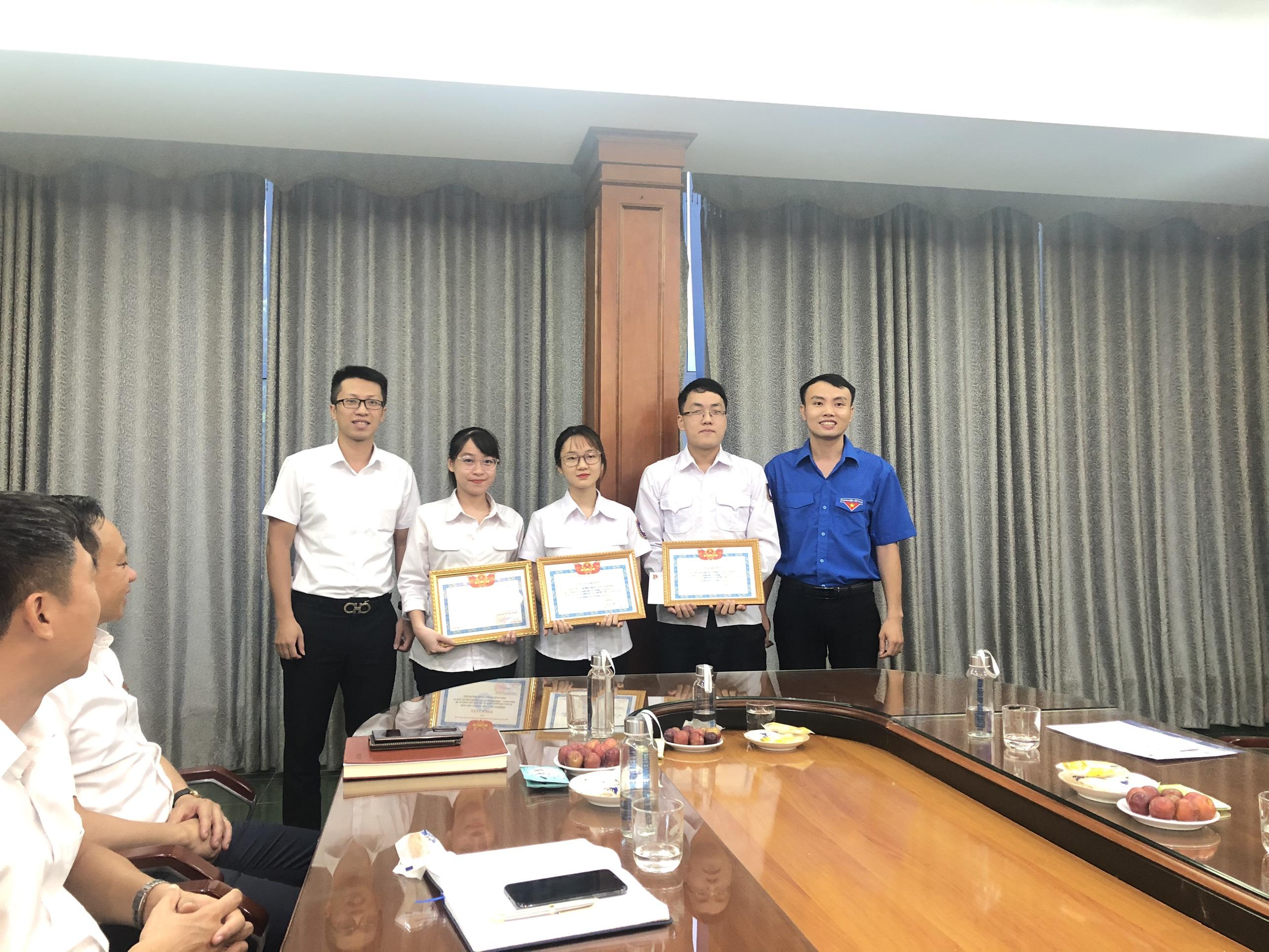 Khen thưởng sinh viên đạt giải cao tại Cuộc thi Vô địch Tin học văn phòng thế giới MOSWC - Viettel 2020