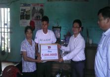 Đoàn trường trao tặng 5 triệu đồng cho 1 hộ gia đình khó khăn tại Kiến Thụy