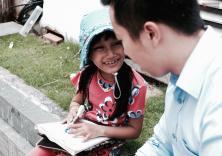 Anh nhân viên ngân hàng dành giờ nghỉ trưa dạy chữ cho cô bé bán vé số