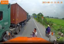 Tài xế container dừng xe dắt bà cụ qua đường